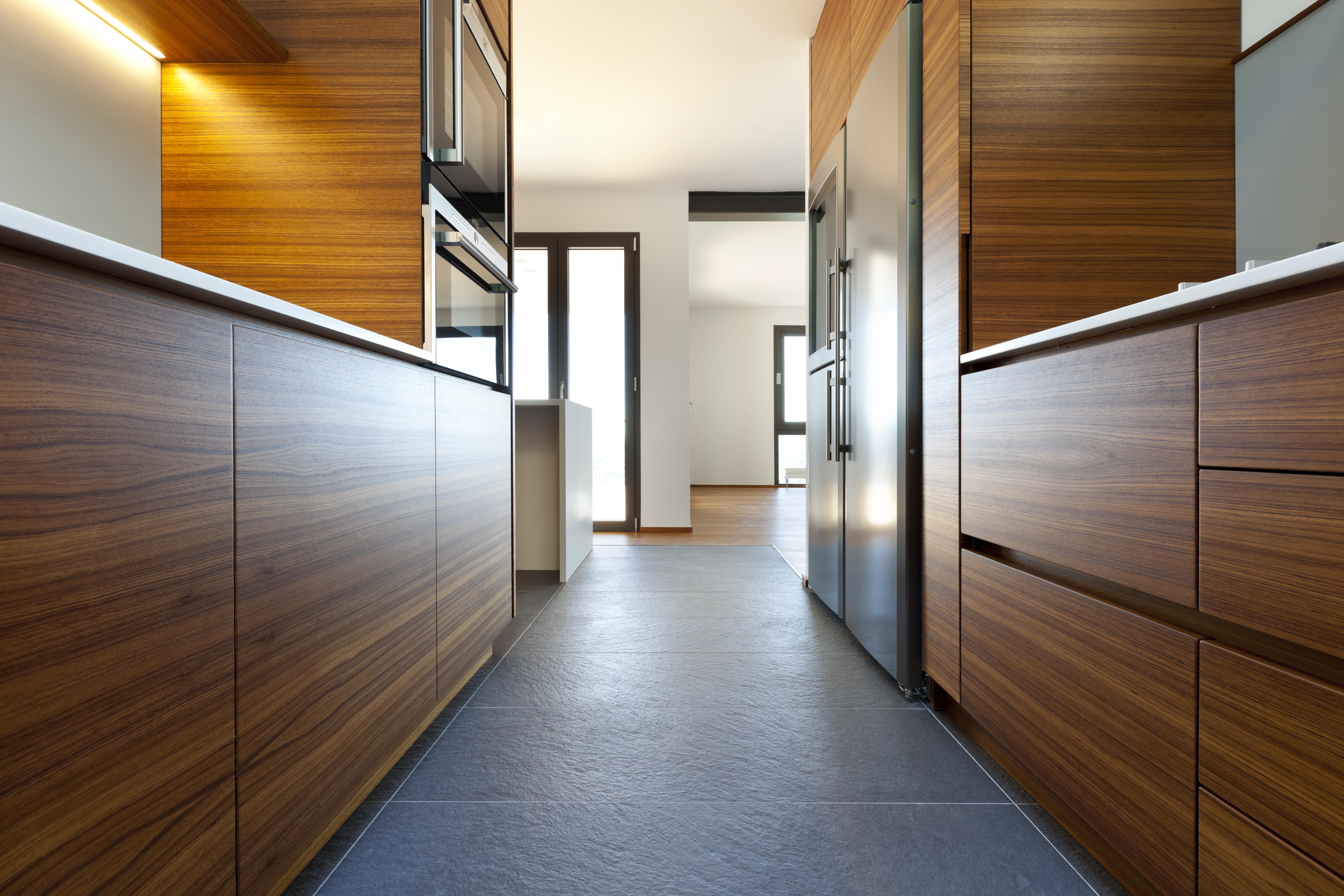 cozinha estreita com móveis dos dois lados