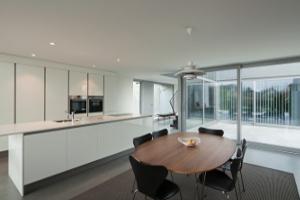cozinha branca com mesa de refeições